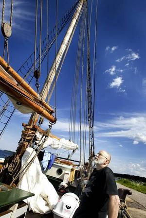 imponerad. Båtentusiasten Börje Wallén kastar några beundrande blickar på skutan.