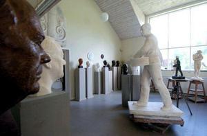I Arvid Backlunds ateljé visas en utställning med Svärdsjökonstnärens skulpturer.