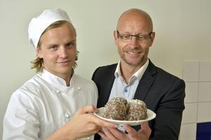 Jonathan och Jan Jutbo visar upp kokosbollar i samband med att tillverkningen startade i Sundsvall 2014.