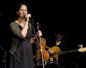 Emma Härdelin, enda sångerskan i gruppen, sjöng en visa från Nordanstigs kommun.