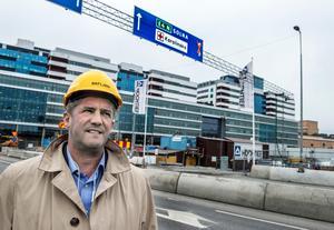 llija Batljan, före detta oppositionslandstingsråd (S) i Stockholm, fotograferad framför Nya Karolinska Solna, –  som han anser är