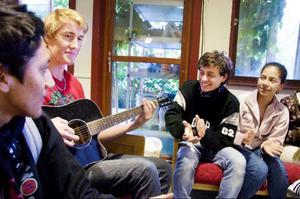 Jhon Paute, Gustav Wahlström, Josui Blandin och Andrea Palaios spelar gitarr och sjunger tillsammans under pausen mellan två lektioner på Bergs gymnasium.