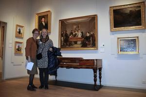 Lisa Olsson och Ellen Hillström framför den omdiskuterade familjemålningen.