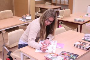 Maja Lambertsson jobbar som resurs på Idenorskolan.