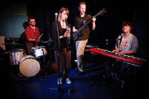 """Jazzgruppen """"Plask!"""" gjorde succé hos mellanstadieeleverna på Odenslundsskolan, här Magnus Vikberg, Linnea Lundgren, Ian Barstowe och Matilda Wizell."""