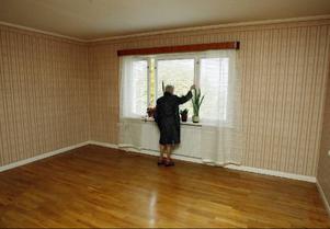 Signe håller på att plocka ut möblerna ur sin lägenhet eftersom Anders Södergren inom kort ska överta huset.– Det är skönt att det inte är någon brandrök här inne, säger hon när hon visar LT lägenheten.