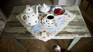 "Klassiskt med en kopp kaffe i ""Blå blom""-servisen."