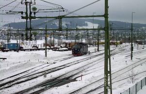 Nedklottrade tågvagnar är ingen ovanlig syn i Östersund. Senast under natten mot torsdagen var det dags igen. Klotter på tre vagnar har polisanmälts.  Foto: Lennart Öhd