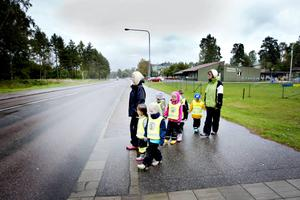 5-åringarna på Västanbyns förskola visar vart de brukar gå över Högbovägen för att komma till skogen.