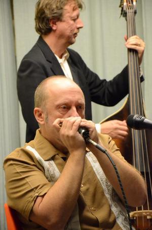 Vemod från munspelet. Toner från USA. Framförda av Lazy Roosters från Bergslagen. Kent Liljendahl och Magnus Schough.