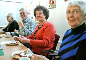 Inger Hansson, Marianne Carlsson, Roland Laurin och Gull-Britt Grönberg var några av de många gäster som lät sig smaka.