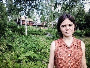 Drömarbetet har inspirerat konstnären Andrea Furberg. I bakgrunden syns Frida Yngströms föräldrahem, där konstnärerna har bott i en veckas tid.