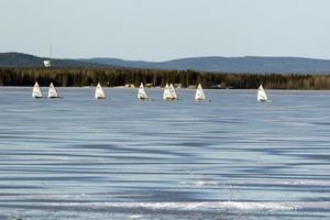 för bra förhållanden. Ett 50-tal isjaktsseglare i klassen DN tävlar på Storsjön i helgen. Fyra heat avverkades på lördagen i förhållanden som många av deltagarna beskrev som lite för bra. Fort gick det i alla fall.