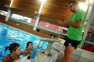 Josefin Persson (närmast) och Maja-Myra Backéus får instruktioner av tränaren Michael Herbertsson.  Foto: Carin Selldén