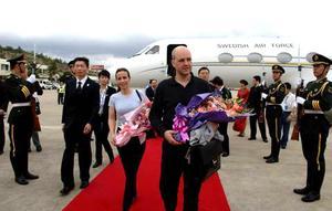 Paret Reinfeldt anländer till Kina i fritidskläder. Kavaj hade varit att föredra menar Hedvall.Foto:Scanpix