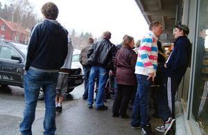Utanför systembolaget var det trångt, både av köande och av norska ungdomar som sökte skydd för ösregnet.