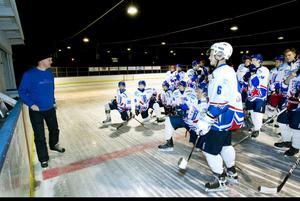 Sista träningen inför första matchen någonsin för Ockelbo Hockey Club. Tränaren Jesper Nyström går igenom vad de ska göra.