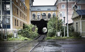 Vad händer med den kulturhistoriskt intressanta bebyggelsen i centrala Hudiksvall när ett dubbelspår dras här? Bebyggelseantikvarie Erika Persson såg stora konsekvenser i artikelserien Vår stad.