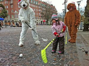 Monika Andersson, 3 år, vann överlägset mot björnarna på Järntorget.
