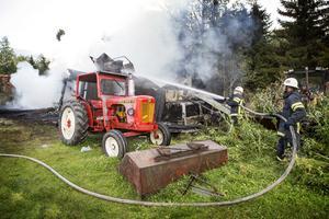 Räddningstjänsten från Svenstavik och Oviken bekämpade en ladugårdsbrand i Vigge.
