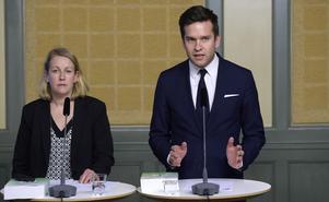 Folkhälso-, sjukvårds- och idrottsminister Gabriel Wikström till höger (arkivbild).