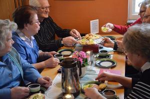 Kaffetåren. Kakfaten skickades runt, och fikat var ett inslag i den sociala gemenskapen.
