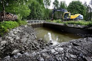 I princip handlar det om att skapa ett nytt vattendrag som så långt som möjligt efterliknar en naturlig bäckfåra.