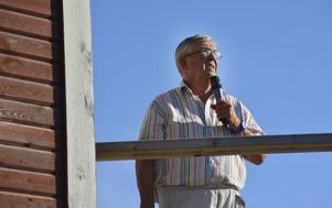 Lennart Hobring pratade i micken och bidrog till att ge bygdetravet en trevlighetsstämpel.