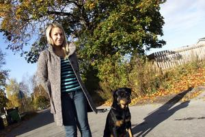 Jonna Wiström startar eget som massageterapaut. Här på promenad med hunden Lea.
