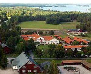 Högbo Bruk får ett riktigt dragplåster när Bangen flyttar dit. I förgrunden till höger ligger den gamla festplatsen med scen, där många musikaliska storheter uppträtt. I bakgrunden Brukshotellet och vid horisonten skymtar sjön Öjaren. Foto: Lasse Halvarsson