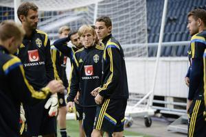 Rutinerade målvakten Andreas Isaksson bredvid två av de färskaste, Emil Forsberg och Branimir Hrgota, i landslagstruppen som laddar för EM-kvalet på måndag.