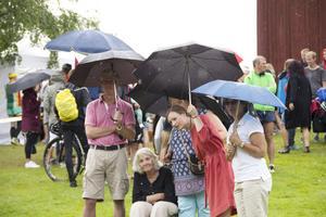 Många nyfikna trotsade regnet för att titta på målgången vid Mårtesgården i Edsbyn.