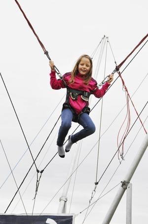 Åttaåriga Linnea Handmark, från Haga Brunflo, testade trampolinen under söndagen på Expo Norr.