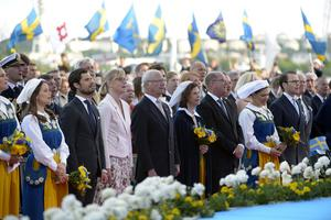 Prinsessan Madeleine, prinsessan Sofia, prins Carl Philip, Jenni Ahlin, kung Carl Gustaf, drottning Silvia, talman Urban Ahlin, kronprinsessan Victoria och prins Daniel under nationaldagsfirandet på Skansen i Stockholm 2016.