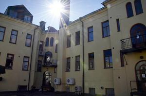 Det är framför allt de innergårdar som har solläge som används. Den här innergården belägen på Sjögatan står tom sånär som på en klotgrill.