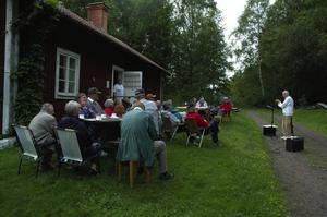 Allsång. Under ledning av Bengt Fredriksson höll Silvbergsborna allsång på onsdagskvällen utanför bystugan.