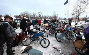 Många mopedister och publik samlas för den årliga Nyårsrundan. Det kom deltagare både från Ludvika och Smedjebacken. FOTO: Johnny Fredborg