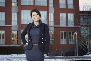 """ny chef. Susanne Stamreus är Telgekoncernens nya kommunikationsdirektör. Hennes utmaning nu blir att nå ut till alla människor i mångkulturella Södertälje, säger hon. """"Det är någonting som vi hela tiden jobbar med. """"Vi måste ju kunna kommunicera med alla. Vår information måste vara lättläst. Vi får inte komplicera till det."""" Foto: Mattias Holgersson"""
