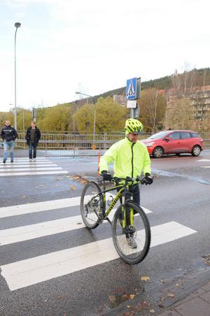 På vanligt övergångsställe gäller det att leda cykel över för att man ska få företräde mot bilisten.