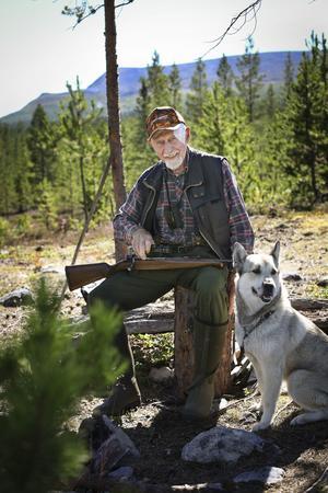 Alf Östberg jagar i Hede och har en fantastisk utsikt från passet med Sonfjället i bakgrunden. Hunden Ronja är alltid med Alf och bössan Bettan som han har haft sedan 1962. – Många ska ha nytt hela tiden, men inte jag, säger han.