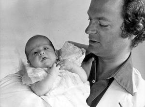 1979. Carl Philip med pappa kungen, Carl XVI Gustaf.