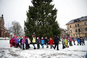 Ett 70-tal elever dansade runt granen på Stora torget.