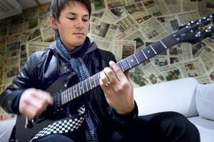 André har gitarren med sig till Gripenfesten och förenas med sitt band Segertåget.