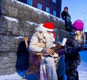 Wilma Westin 6 och ett halvt år vågade sig fram till jultomten och lämna över sin önskelista.