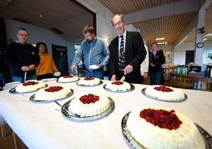 Per Erik Kaj, rektor vid Fornby folkhögskola, skär upp en bit av födelsedagstårtorna när skolan firade sitt 135-årsjubileum på måndagen.