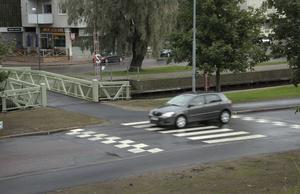 De upphöjda övergångsställena på Södra Hamngatan är markerade med färgfält. Hastigheten är satt till 50 kilometer, vilket gör att mindre fordon – som det på bilden – kommer över med oförminskad fart, medan större fordon tvingas sakta in.