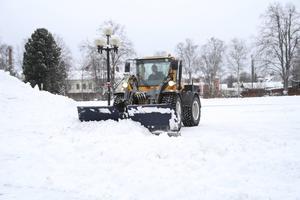 Leif Walter på Ljusdals kommun hade fullt upp på tisdagen med att röja undan snön inne i de centrala delarna av Ljusdal.