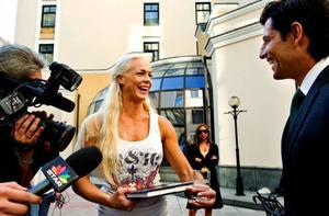 Malena  Ernman har haft fullt upp inför schlager-EM. Här blir hon intervjuad på plats i Moskva, tillsammans med Greklands artist Sakis Rouvas.