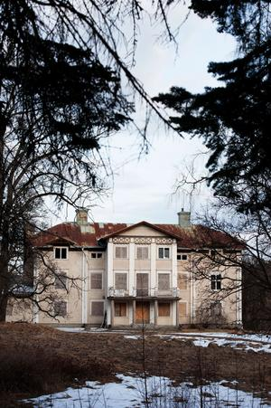 Mikael Strymans hämnd för den kampanj han anser riktades mot honom efter köpet är att låta den gamla herrgården förfalla.