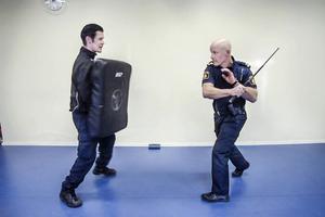 Polisens nya batonger kräver en speciell teknik för att vara effektiva.